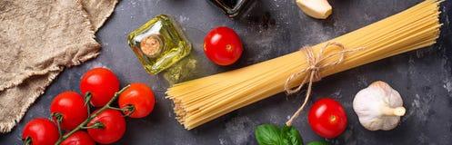 Deegwaren, tomaten, olijfolie en azijn Stock Fotografie