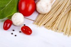 Deegwaren, tomaten, paddestoelen en peper Stock Afbeeldingen