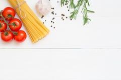 Deegwareningrediënten, spaghetti, concept op witte achtergrond, hoogste mening stock fotografie