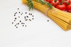 Deegwareningrediënten, spaghetti, concept op witte achtergrond, hoogste mening, exemplaarruimte, macro stock afbeeldingen