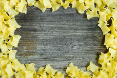 Deegwarenkader over hout Stock Fotografie