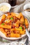 Deegwarenrigatoni in bolognese saus met gehakt Stock Afbeeldingen