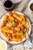 Deegwarenrigatoni in bolognese saus met gehakt Stock Foto
