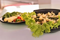 Deegwarensalade met veggies stock foto