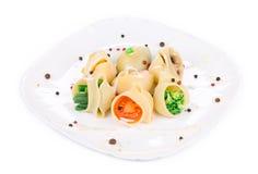 Deegwarenshells met groenten en worst wordt gevuld die Royalty-vrije Stock Afbeelding