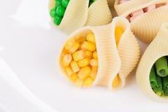 Deegwarenshells met groenten en worst wordt gevuld die Royalty-vrije Stock Afbeeldingen
