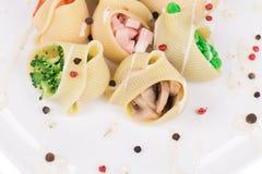 Deegwarenshells met groenten wordt gevuld die Stock Foto