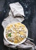 Deegwarenspaghetti met romige paddestoelsaus en Stock Afbeelding