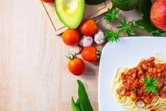 Deegwarenspaghetti met vleesballetjes en ketchup op de lijst stock fotografie