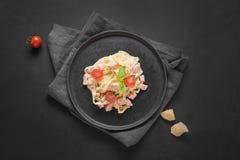 Deegwarentagliatelle met forel en room op zwarte achtergrond Heerlijke mediterrane lunch stock fotografie