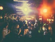 Deejaying rekord för man på en nattklubb, sidosikt Fotografering för Bildbyråer