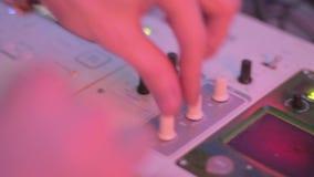 Deejays utrustning och att blanda en sång som spelar rekordet i nattklubb stock video