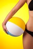 Deel dat van vrouwelijk lichaam zwarte bikini een draagt stock foto's