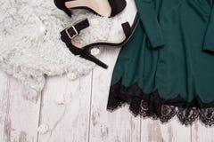 Deel smaragdgroene kleding met kant en zwarte schoenen op kunstmatig bont, modieus concept, ruimte voor tekst royalty-vrije stock foto