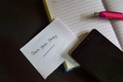 Deel uw die verhaalwoord op papier wordt geschreven Deel uw verhaaltekst op werkboek, Zwart concept als achtergrond stock afbeeldingen
