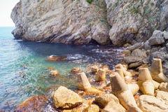 Deel van de rots en wavebreaks tetrapods op de kust Slik het Nest van ` s, de Krim stock foto