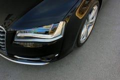 Deel zwarte auto op asfaltachtergrond stock foto