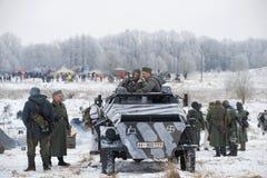 Deelnemers in de militaire historische festival` Januari Donder ` in de vorm van Wehrmacht-militairen vóór de slag Royalty-vrije Stock Afbeelding