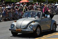 Deelnemers die auto berijden tijdens de 34ste Jaarlijkse Meerminparade in Coney Island Stock Foto's