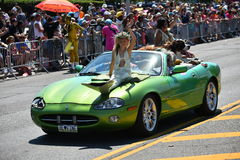 Deelnemers die auto berijden tijdens de 34ste Jaarlijkse Meerminparade in Coney Island Royalty-vrije Stock Foto