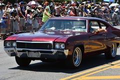 Deelnemers die auto berijden tijdens de 34ste Jaarlijkse Meerminparade in Coney Island Stock Fotografie