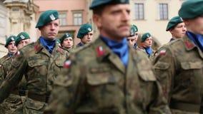 Deelnemers die Nationale Onafhankelijkheidsdag vieren een Republiek Polen stock video