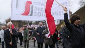 Deelnemers die Nationale Onafhankelijkheidsdag vieren een Republiek Polen - is een officiële feestdag stock video