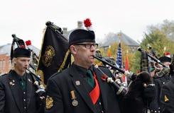 Deelnemers die van Poppy Parade 100 jaar van Wereldoorlog I herdenken Stock Fotografie
