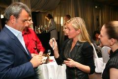 Deelnemers en bezoekers aan de bedrijfstentoonstelling van fabrikanten en leveranciers van Italiaans wijnen en voedsel vinitaly Royalty-vrije Stock Foto's