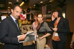 Deelnemers en bezoekers aan de bedrijfstentoonstelling van fabrikanten en leveranciers van Italiaans wijnen en voedsel vinitaly Royalty-vrije Stock Fotografie