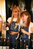Deelnemers en bezoekers aan de bedrijfstentoonstelling van fabrikanten en leveranciers van Italiaans wijnen en voedsel vinitaly Stock Foto's