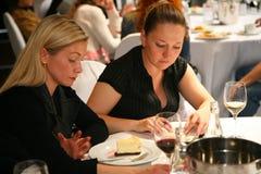 Deelnemers en bezoekers aan de bedrijfstentoonstelling van fabrikanten en leveranciers van Italiaans wijnen en voedsel vinitaly Stock Foto