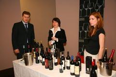 Deelnemers en bezoekers aan de bedrijfstentoonstelling van fabrikanten en leveranciers van Italiaans wijnen en voedsel vinitaly Stock Fotografie