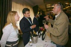 Deelnemers en bezoekers aan de bedrijfstentoonstelling van fabrikanten en leveranciers van Italiaans wijnen en voedsel vinitaly Royalty-vrije Stock Afbeelding