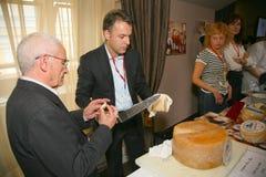 Deelnemers en bezoekers aan de bedrijfstentoonstelling van fabrikanten en leveranciers van Italiaans wijnen en voedsel vinitaly Stock Afbeelding