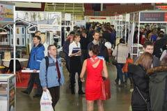 Deelnemers en bezoekers van een open tentoonstelling-echte Woonwijk van het landgoedseminarie stock foto
