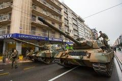 Deelnemers en militaire uitrusting tijdens Militaire parade bij nationale feestdag Stock Afbeelding