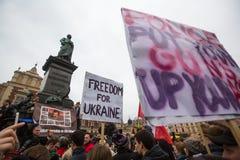Deelnemers tijdens demonstratie, tot steun van Onafhankelijkheid Ukrainein en tegen de moord van protesteerders in Kiev stock foto's