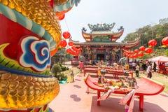 Deelnemers tijdens het vierings Chinese Nieuwjaar in Koh Chang Chinese-tempel Stock Foto's