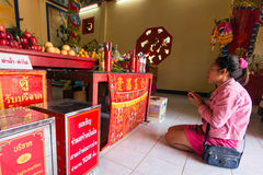 Deelnemers tijdens het vierings Chinese Nieuwjaar in Koh Chang Chinese-tempel Royalty-vrije Stock Afbeeldingen