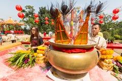 Deelnemers tijdens het vierings Chinese Nieuwjaar in Koh Chang Chinese-tempel Stock Afbeelding