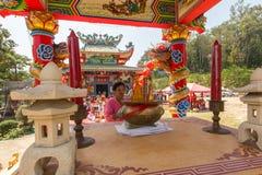 Deelnemers tijdens het vierings Chinese Nieuwjaar in Koh Chang Chinese-tempel Stock Foto