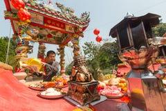 Deelnemers tijdens het vierings Chinese Nieuwjaar in Koh Chang Chinese-tempel Royalty-vrije Stock Foto's