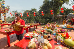 Deelnemers tijdens het vierings Chinese Nieuwjaar in Koh Chang Chinese-tempel Royalty-vrije Stock Afbeelding