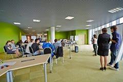 Deelnemers van de Globale Jeugd aan Commercieel forum stock afbeelding