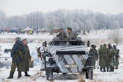 Deelnemers van de militaire en historische wederopbouw van de festival` Januari Donder ` van strijden voor versie Krasnoe Selo ti Stock Foto's