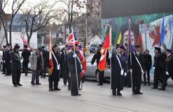 Deelnemers van de parade met vlaggen Stock Afbeelding