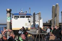 Deelnemers van een reis van Aardmonumenten op een boot in Harlingen Stock Foto