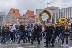 Deelnemers van het burgerlijke actie` Onsterfelijke Regiment ` in Rusland stock afbeeldingen