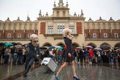 Deelnemers van het festival van de het Theaternacht van Krakau - KTO Teatre in Hoofdmarktvierkant Royalty-vrije Stock Afbeelding